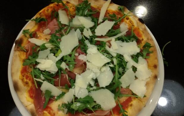 Pizza y bebida en Pizzeria Nenina