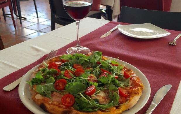 Pizza y bebida en Pizzería Zía Lola