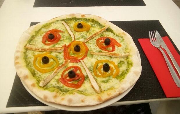 Pizza y bebida en Ristorante La Romántica