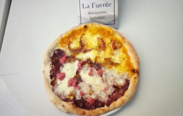 Pizza y bebida en Pizzeria La Fuente