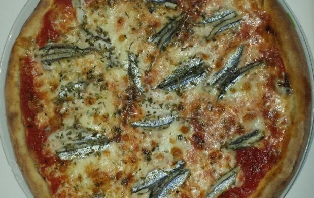 Pizza y bebida en La Bottega Della Pizza