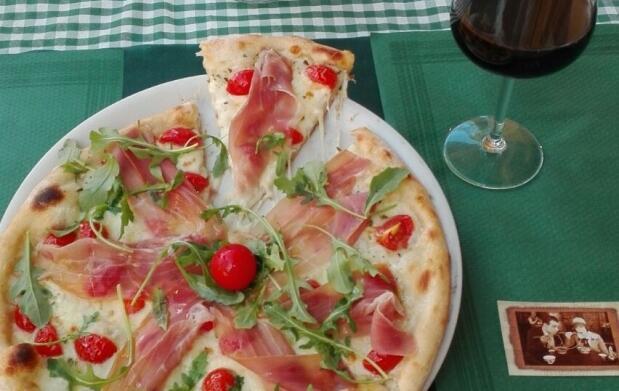 Pizza y bebida en Trattoría Italiana
