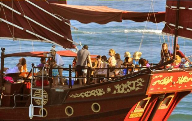 Paseo en Barco Junco Chino y buffet para 10 personas