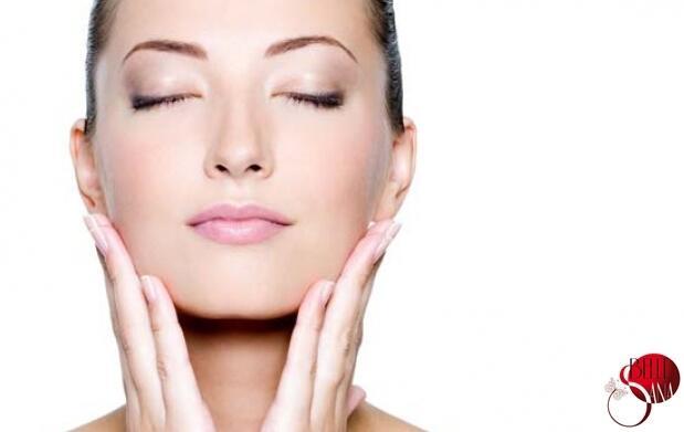 El preparado con el complejo de drenaje las bolsas en los ojos el cosmetólogo